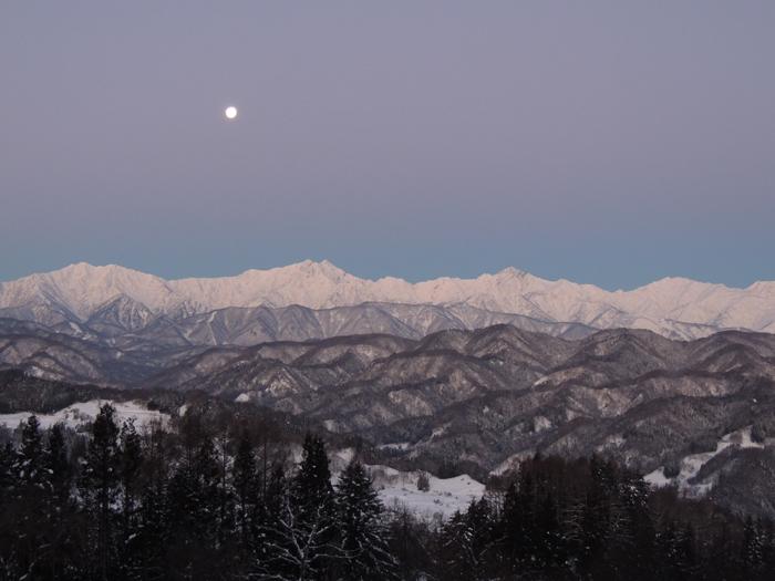 日の出前の月とアルプス