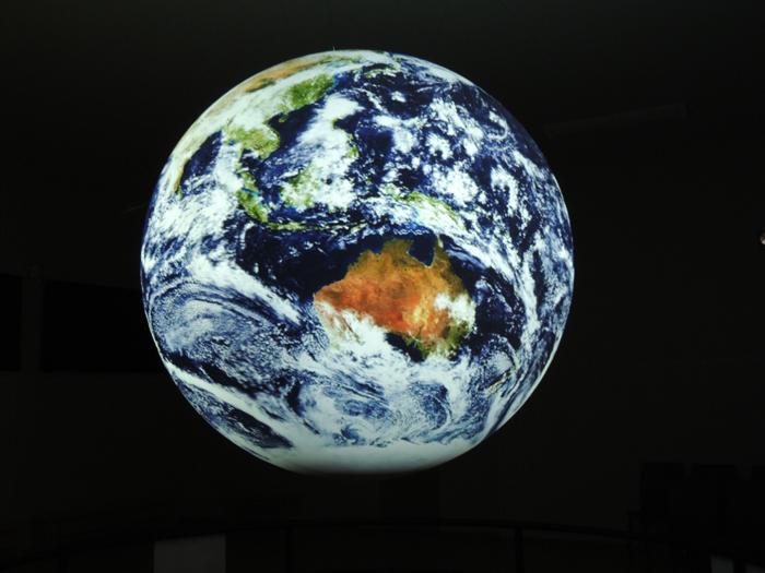 科学地球儀に映し出された地球