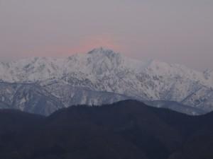 五竜岳の背後の雲が赤く染まる