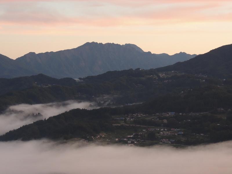 日の出前の戸隠山と・・・