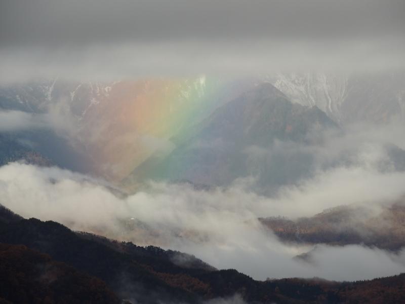虹が現われていました。7時49分撮影。