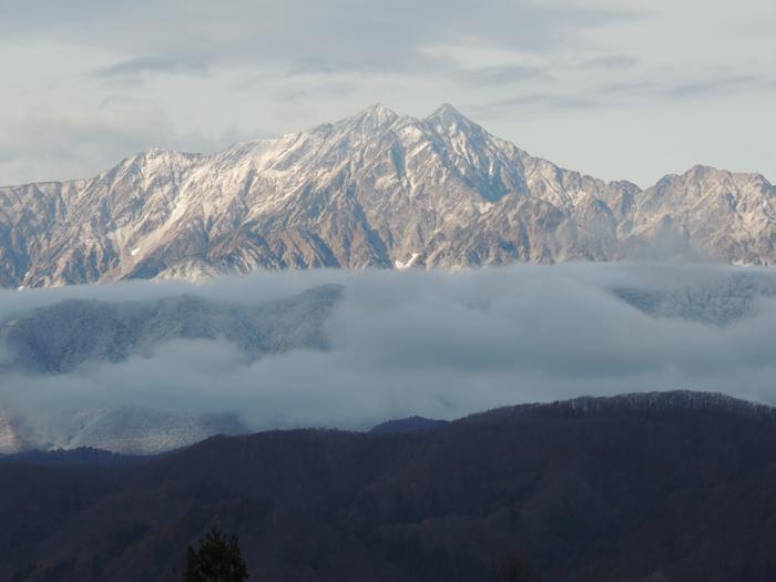 鹿島槍ヶ岳も前山が白くなりました。