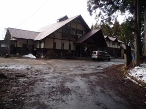 林りん館への道は雪なし