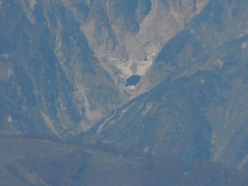 唐松岳の谷間に池のようなものができています。